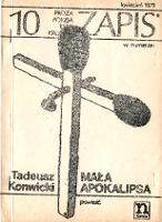 Konwicki Tadeusz: Mała apokalipsa. [Warszawa]: Niezależna Oficyna Wydawnicza nowa, maj 1979. A5, 3,[1],116 s. Zapis nr 10; kwiecień 1979. Odległość zewnętrznych krawędzi górnej i dolnej linii na I s. okł.: 167 mm; wysokość pionowej zapałki: 172 mm; górna krawędź zapałki na słowie: Eseje. Druk okładki nieostry, prawdopodobnie z matryc przygotowanych techniką termofaksu lub podobną. - m-ws.pl