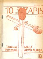 Konwicki Tadeusz: Mała apokalipsa. Warszawa: Niezależna Oficyna Wydawnicza nowa 1979. Zapis nr 10. Odl. zewn. krawędzi górnej i dolnej linii na I s. okł.: 156 mm; wys. pionowej zapałki: 172 mm; górna krawędź zapałki na słowie: Proza. W spisie wyd. na IV s. okł. jest m. in. Blaszany bębenek